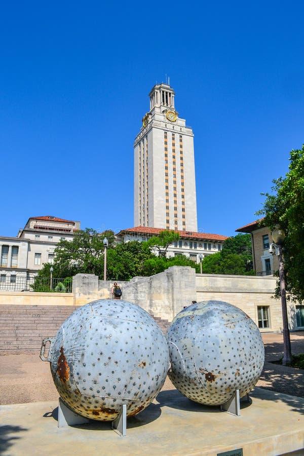 Uppsluppen arkitektur för rolig skulptur på högskolauniversitetsområde arkivbilder