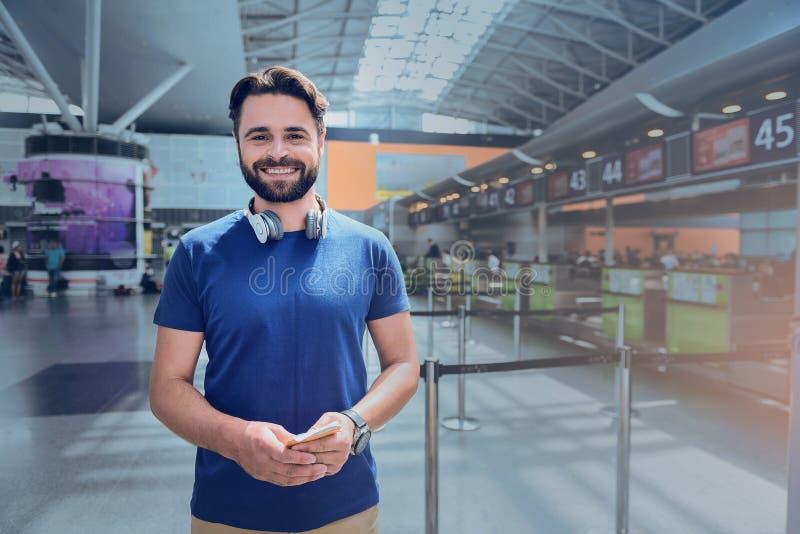 Uppsluppen le manlig passagerare i flygplats royaltyfria foton