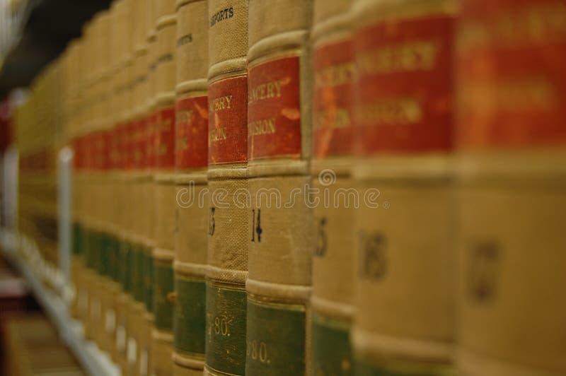 Uppställda böcker arkivfoton