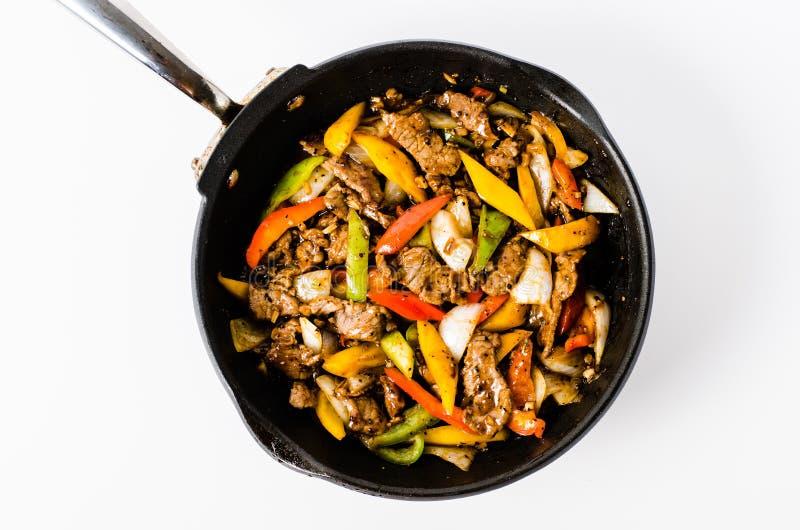 Uppståndelse Fried Beef Steak med peppar på isolerad bakgrund fotografering för bildbyråer
