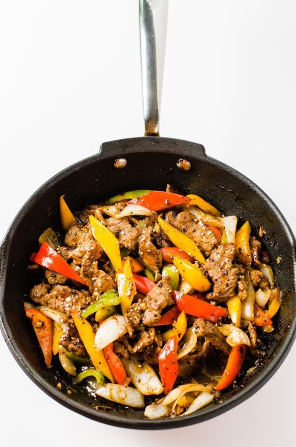 Uppståndelse Fried Beef Steak med peppar på isolerad bakgrund royaltyfri bild