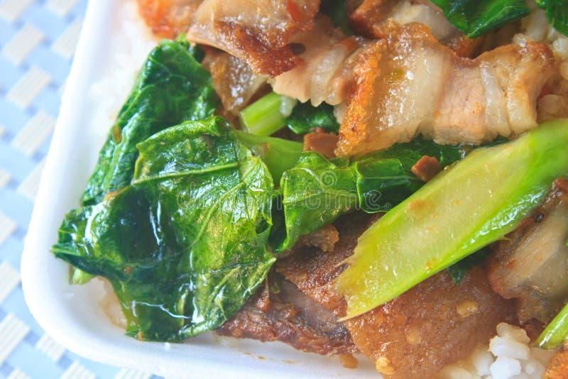 Uppståndelse stekt grönkål med frasigt griskött arkivfoton