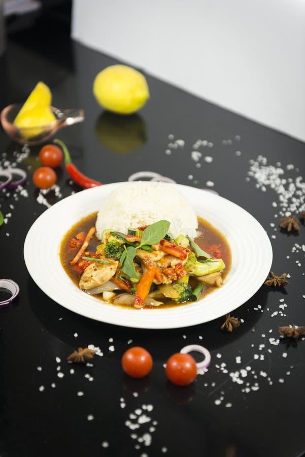 Uppståndelse stekt ostronsås med ris arkivfoto