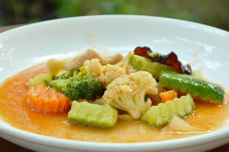 Uppståndelse stekte den blandade grönsaken med griskött i söt och sur sås på plattan royaltyfri bild