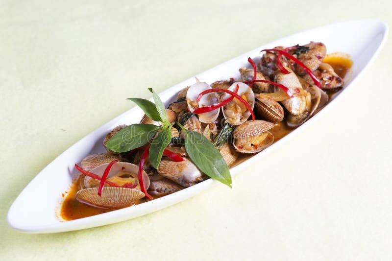 Uppståndelse stekte musslor med grillad chilideg arkivfoto