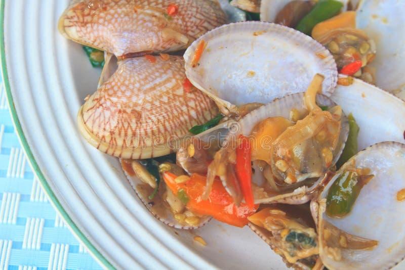 Uppståndelse stekte musslor med grillad chilideg och thai söt basilika arkivbilder