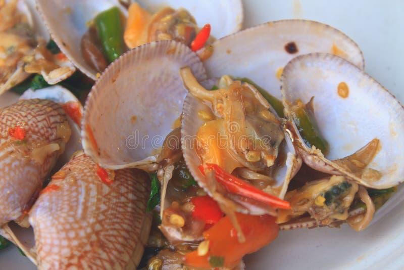 Uppståndelse stekte musslor med grillad chilideg och thai söt basilika fotografering för bildbyråer