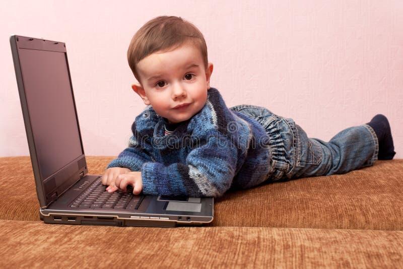 upptäckt av bärbar datorlitet barn royaltyfri foto