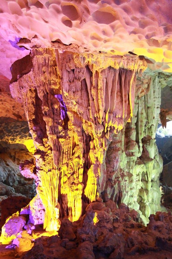 Upptäckt sjungen fyllbultgrotta - stalaktitgrotta i mummel långa Viet Nam fotografering för bildbyråer