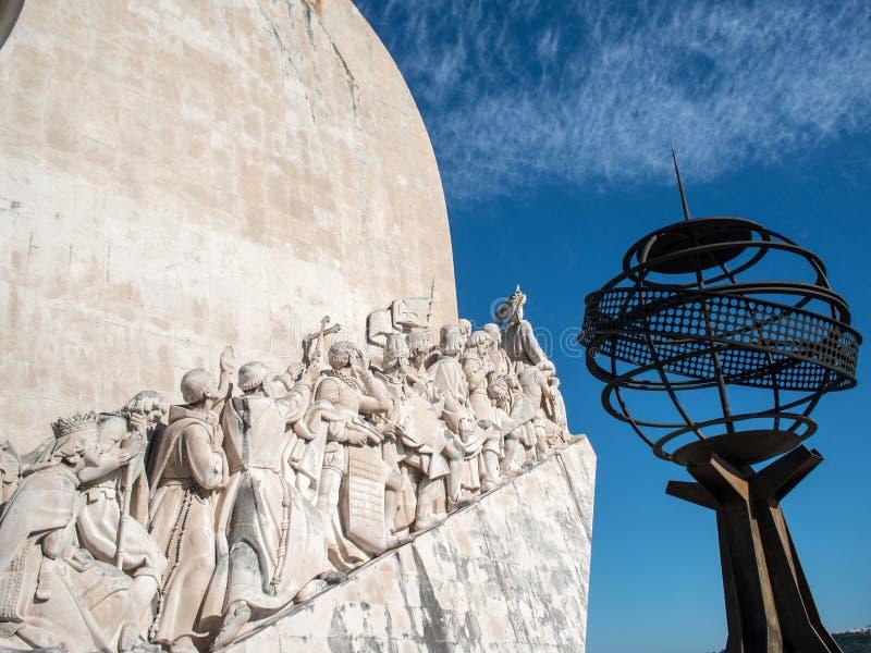 Upptäckter monument och jordklot arkivbild
