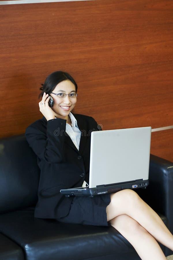 Download Upptagen affärskvinna arkivfoto. Bild av kontor, call, affärskvinna - 229708