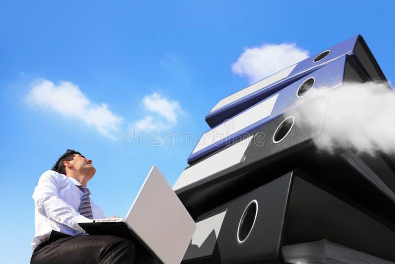 Upptagen affärsman och beräknande begrepp för moln arkivfoto