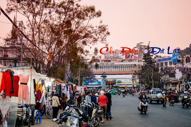 Upptagen afton med motorcykeltrafik på nattmarknaden i den Dalat staden - Vietnam arkivbild