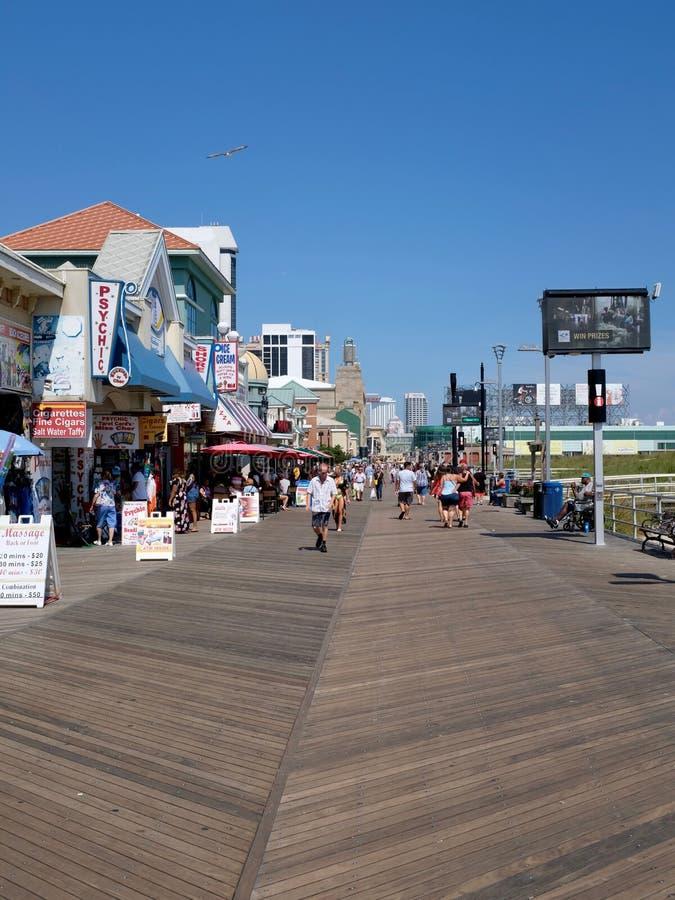 Upptagen Atlantic City strandpromenad med folkmassor av folk arkivbilder