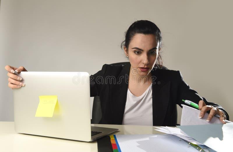 Upptagen attraktiv kvinna i affärsdräkten som arbetar i förkrossat desperat för spänning royaltyfria bilder