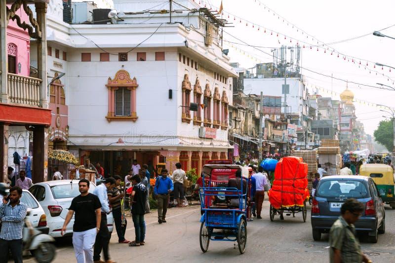 Upptagen biltrafik i centret av Delhi, Indien royaltyfria bilder