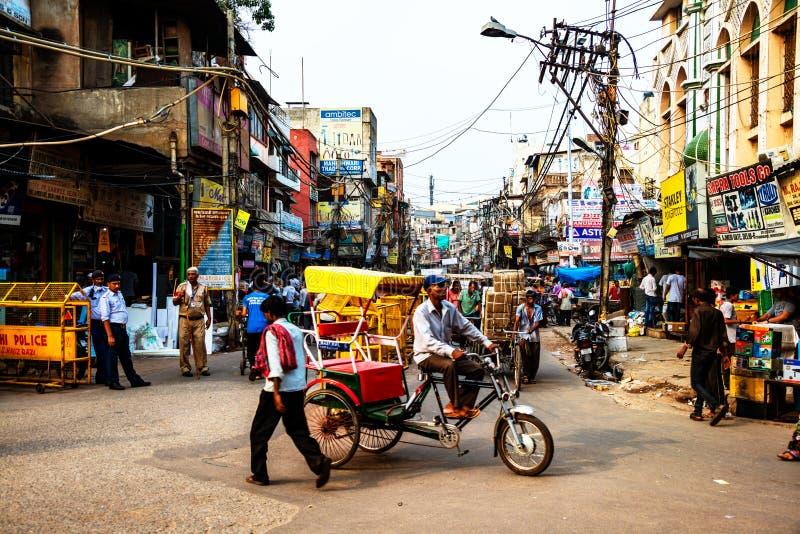 Upptagen biltrafik i centret av Delhi, Indien arkivfoto