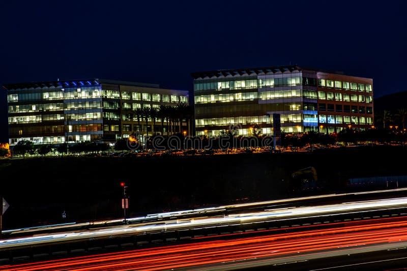 Upptagen Cityscape för för Silicon Valley nattmotorväg och kontor fotografering för bildbyråer