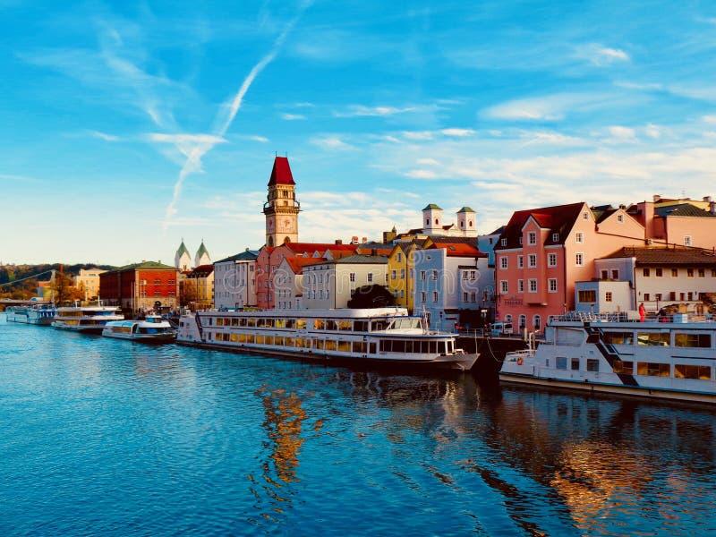 Upptagen Donau nära Passau, Tyskland arkivbilder