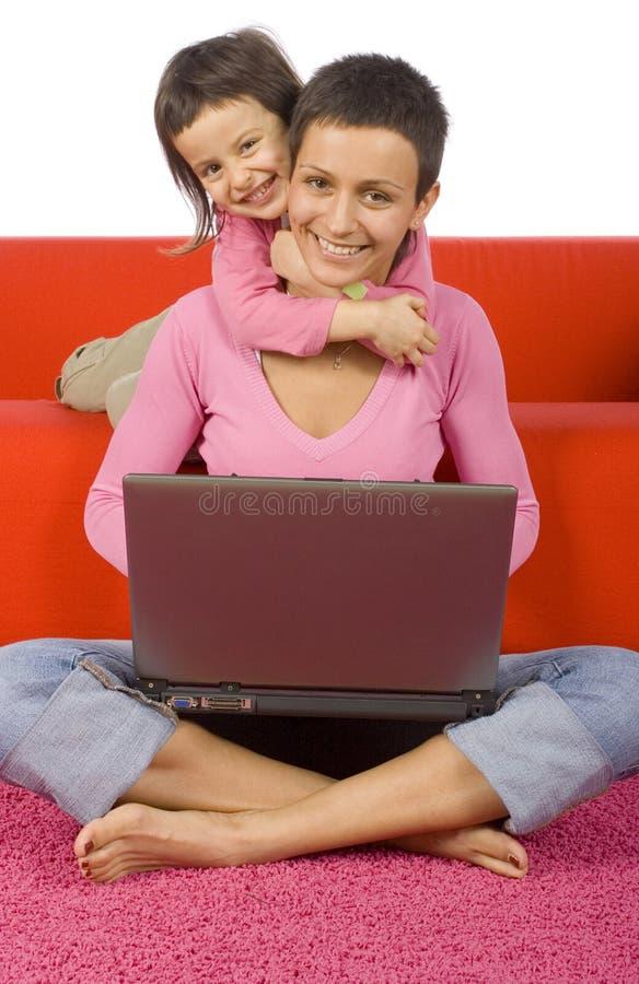 upptagen dotter henne moder royaltyfria foton