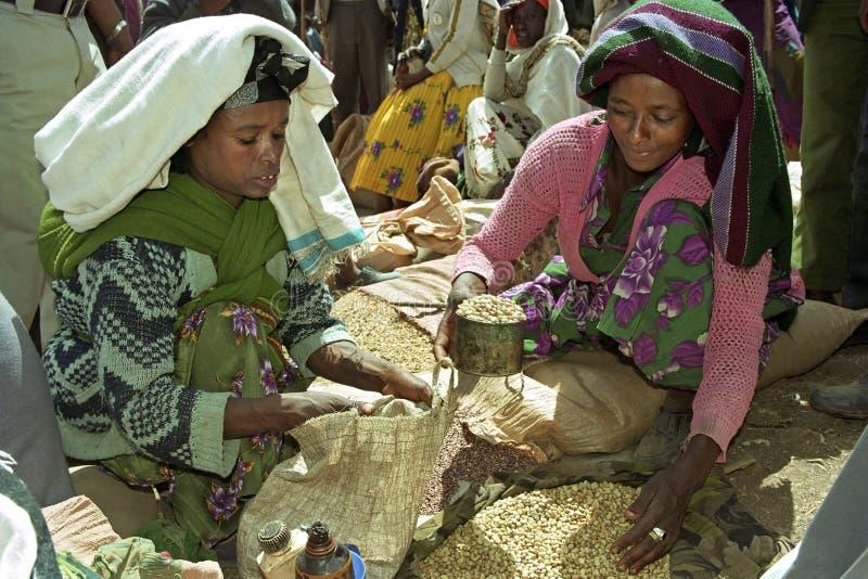 Upptagen etiopisk marknad med marknadskvinnan royaltyfria foton
