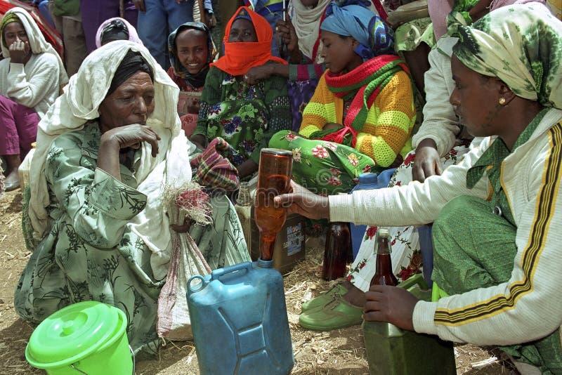 Upptagen etiopisk marknad med marknadskvinnan arkivfoton