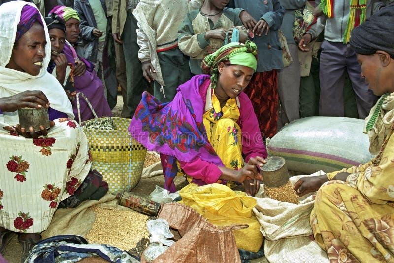 Upptagen etiopisk marknad med marknadskvinnor royaltyfria foton