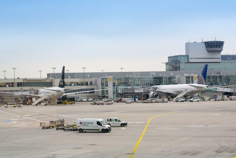 Upptagen flygplats på en solig dag royaltyfri fotografi