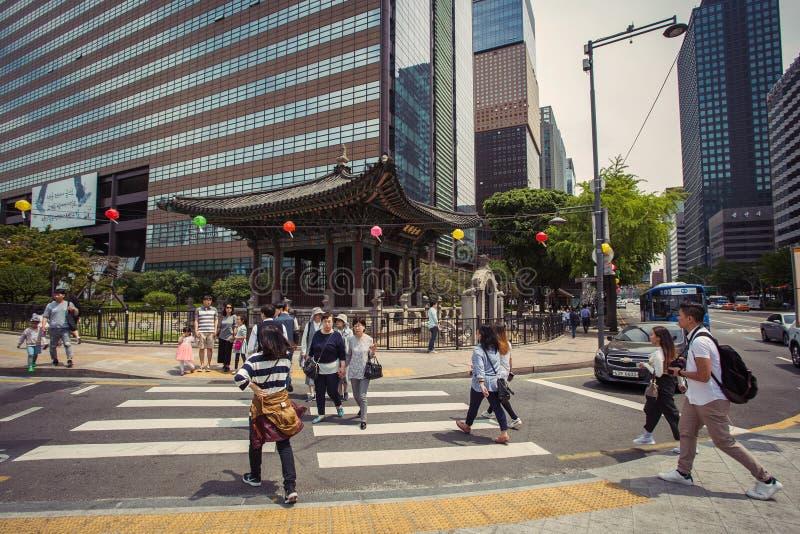 Upptagen gata för gångare korsning i det Seoul centret fotografering för bildbyråer
