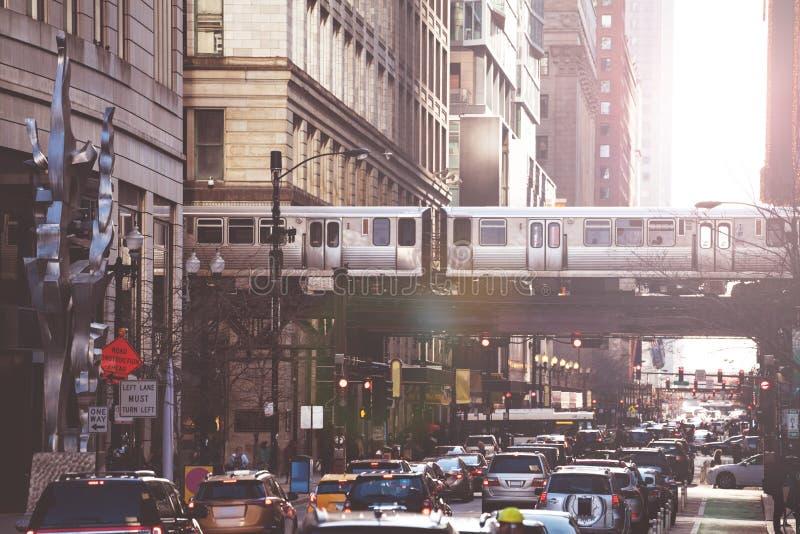 Upptagen gata i den Chicago i stadens centrum bilar och tunnelbanan royaltyfria foton