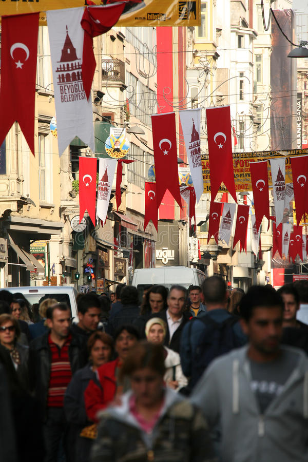 Upptagen gata i Istanbul royaltyfria foton