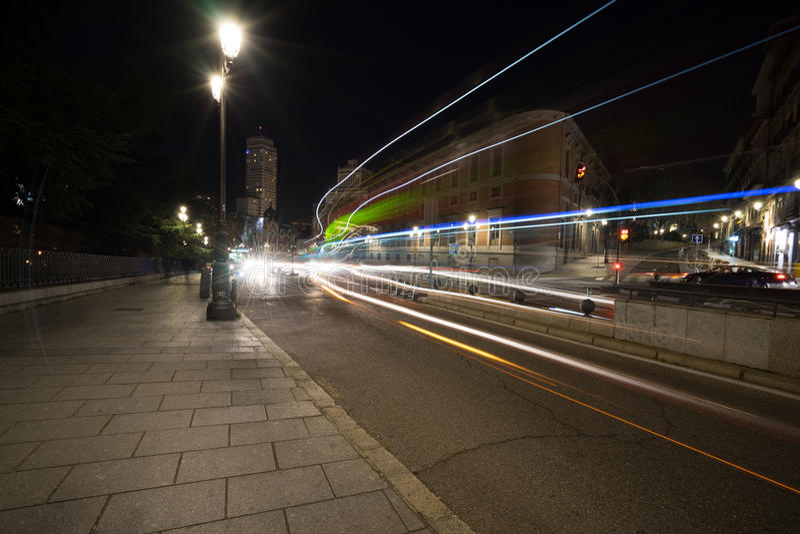Upptagen gata i Madrid under natten arkivbild