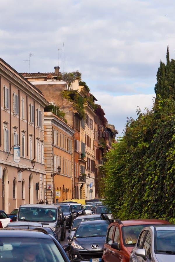 Upptagen gata i Rome royaltyfri foto