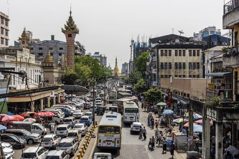 Upptagen i stadens centrum gatasikt i Yangon och Sule Pagoda på hjärtan av den Yangon staden, Myanmar royaltyfri foto