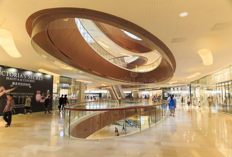 Upptagen interriorshoppinggalleria i Guangzhou Kina; modern köpcentrumkorridor; lagra mitten; shoppa fönstret royaltyfri fotografi