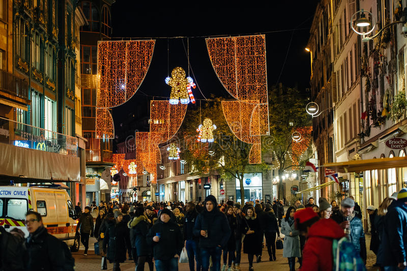 Upptagen jul marknadsför Christkindlmarkt i staden av Strasbourg fotografering för bildbyråer