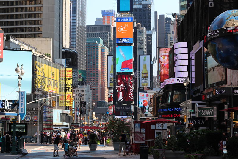 Upptagen kommersiell gataplats fotografering för bildbyråer
