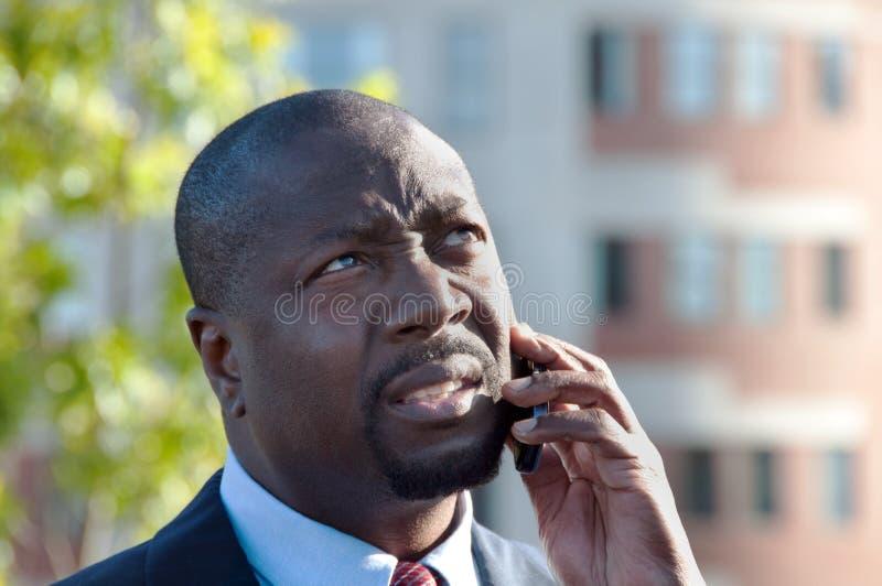Upptagen ledare på celltelefonen utomhus arkivfoton