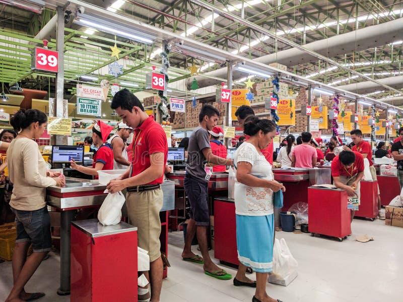 Upptagen livsmedelsbutikkontrollgränd arkivfoto