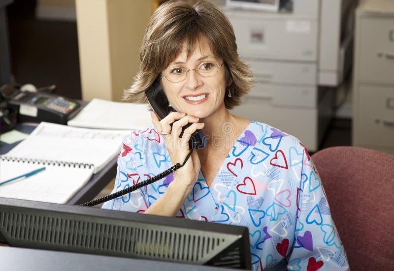 upptagen medicinsk receptionist royaltyfri foto