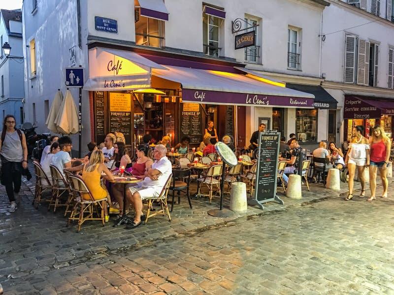 Upptagen Montmartre kafé- och gataplats, Paris royaltyfria bilder