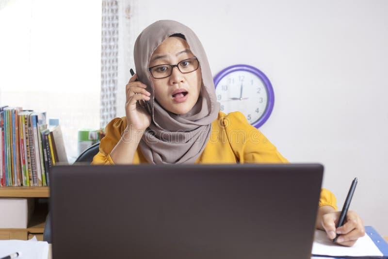 Upptagen muslimsk affärskvinna Working i regeringsställning arkivfoto