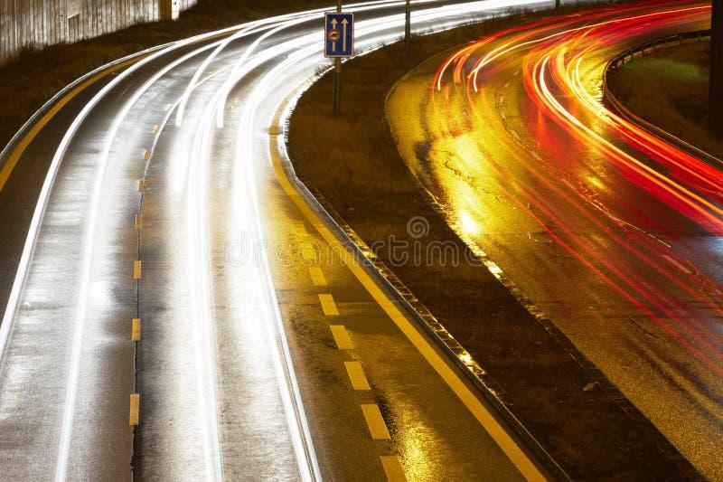 Upptagen natttrafik arkivbild