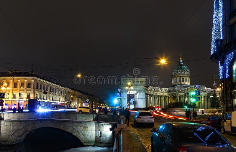 Upptagen Nevsky utsikt med den gamla hus och Kazan domkyrkan, natt St Petersburg, Ryssland arkivbild
