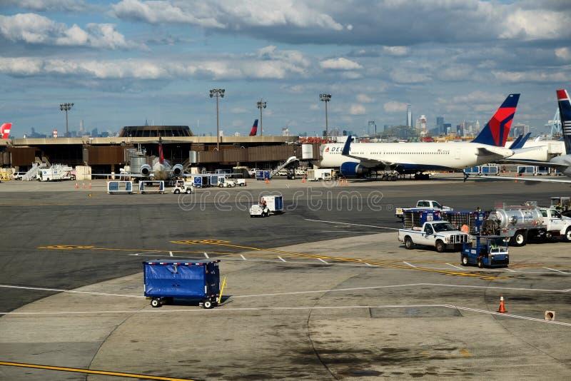 Upptagen Newark flygplats royaltyfri bild