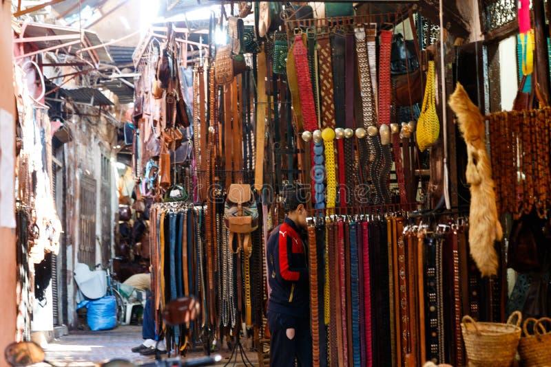 Upptagen och färgrik basarmarknad för traditionell arabiska i Marrakesh, Marocko, Afrika royaltyfria foton