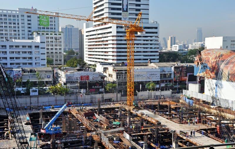 Upptagen reklamfilmkonstruktionsplats i Bangkok arkivbilder