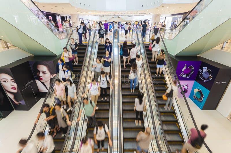 Upptagen rulltrappa i en shoppinggalleria royaltyfri bild