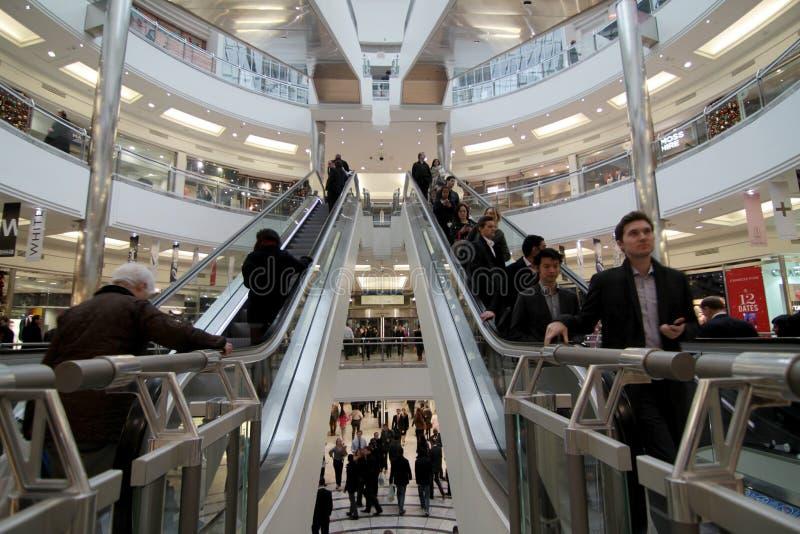 Upptagen shoppinggalleria arkivfoto