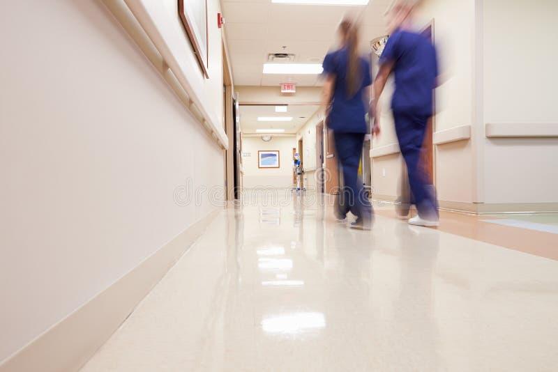 Upptagen sjukhuskorridor med den medicinska personalen arkivbild